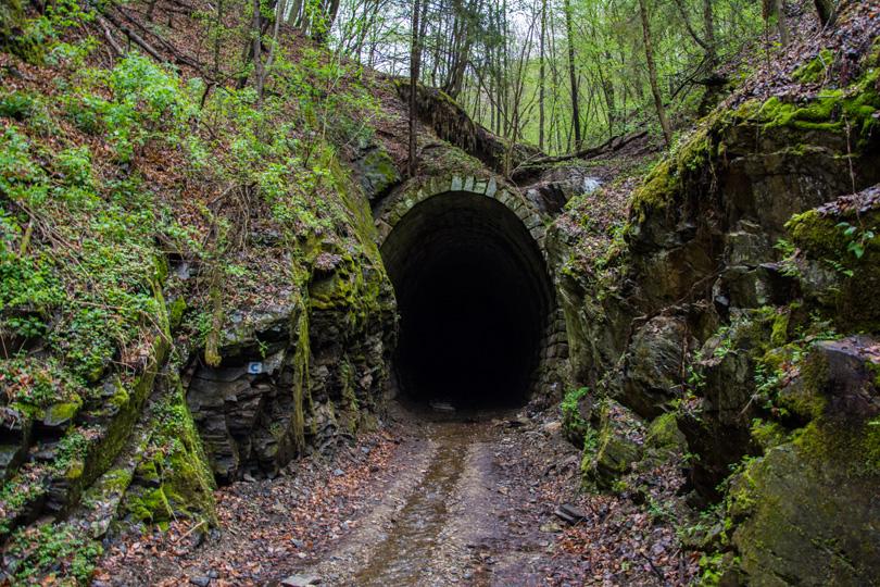 Slavošovský tunel, ktorý preráža vrch Homôľka, preto sa nazýva aj ako tunel pod Homôľkou. Tunel, teda jeho portály neboli dokončené. Na fotografii sa nachádza revúcky portál.