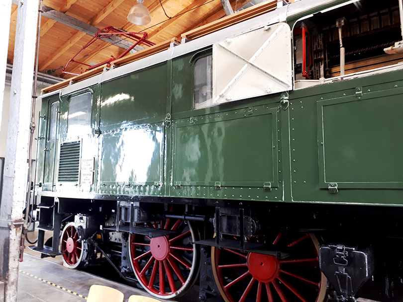 Pravá strana lokomotívy E16.07 bez pohonu