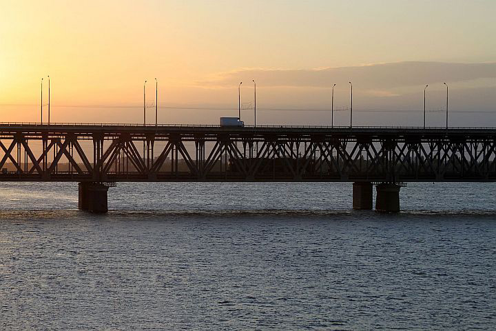 Z hlavnej stanica sme sa dostali k neďalekému nábrežiu rieky Dneper. K ďalšiemu železničnému mostu, ktorý je prispôsobený v hornej časti aj pre cestnú prevádzku. V zlatom opojení večerného slniečka sa mi podarilo zachytiť práve prechádzajúci stroj VL8.