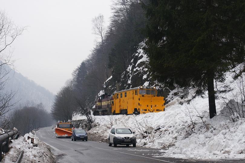 príchod pluhu a stav po zosune malej lavíny.