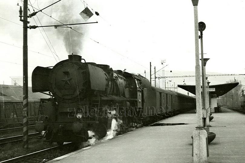 Lokomotiva 556.0329 v čele osobního vlaku Os 5947 odjíždí ze stanice Kutná Hora hlavní nádraží dne 17. 11. 1975.