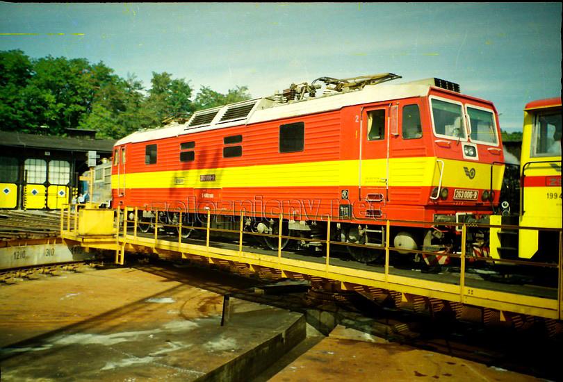 """možnosťou kde sa """"šestka"""" predviedla vo svojej plnej kráse bola výstava pri príležitosti 145. výročia železníc na Slovensku v depe Bratislava hlavné, 11.9.1993, foto Radek Ivanič"""