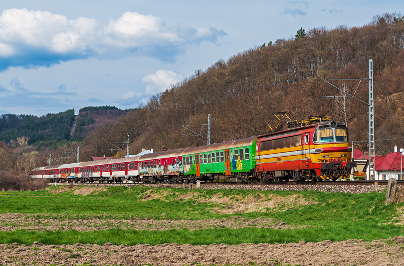 Nedeľňajší R 1530 Žitava, prechádza Iliašom..12.4.2015..