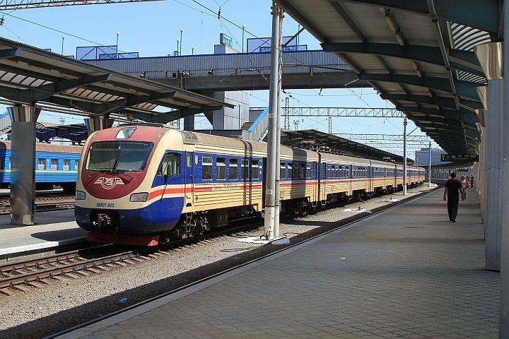 Do Dnepropetrovska som opäť pricestoval krátko po 14.00 hodine. Ešte záber z el. jednotky EPL2 T – 022. Batožinu som si odložil v úschovni, aby som mohol ľahšie kráčať za mojim priateľom a kolegom rušňovodičom, ktorý práve v ten deň pracoval na detskej železnici.