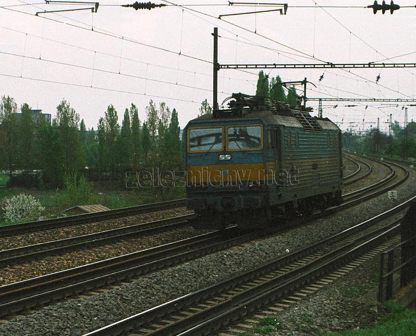rušňový vlak v podobe 363.150 nedaleko Mladej Gardy