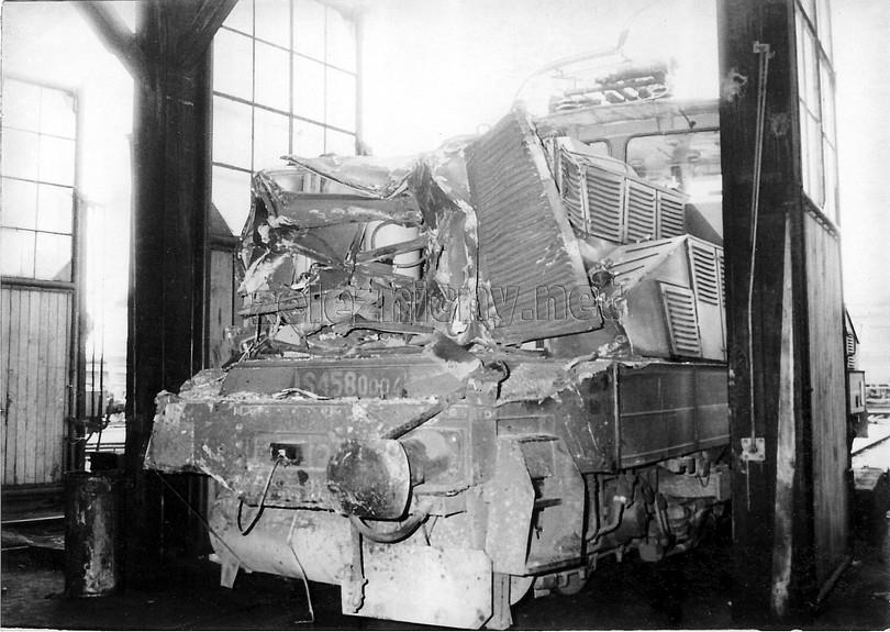 ťažko poškodená žehlička S 458.0004 po nehode v depe