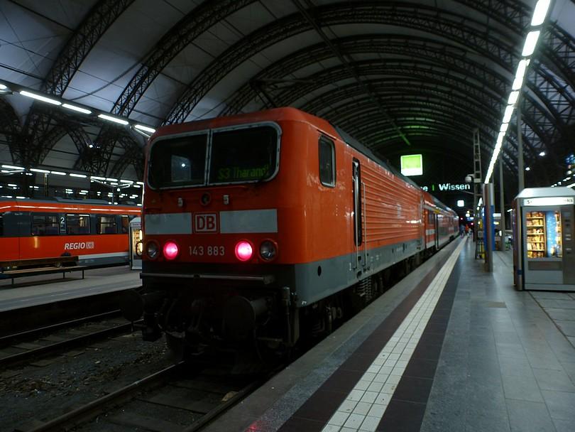 vlak linky S3 do Tharandtu tvoreného poschodovou netrakčnou jednotkou push-pull, ktorú tlačí rušeň radu 143, čísla 883