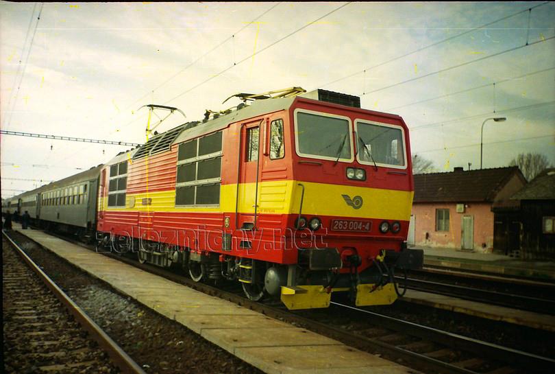 """poobedný osobný vlak 2415 do Nových Zámkov do Šale priviezla krásna rajčinová pogenerálková """"štvorka"""", jar 1994, foto Radek Ivanič"""