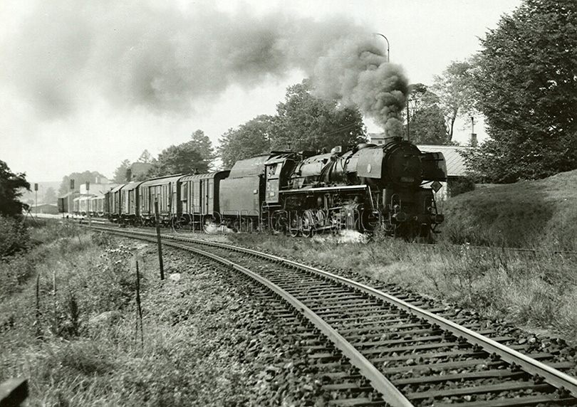 Nákladní vlak vedený lokomotivou 556.0362 opouští dne 22. 9. 1975 stanici Kostelec u Jihlavy.