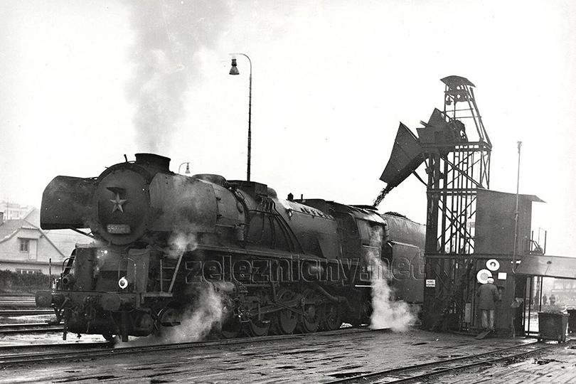 Lokomotiva 556.0188 zbrojí uhlí ve strojové stanici Hodonín dne 28. 11. 1974.