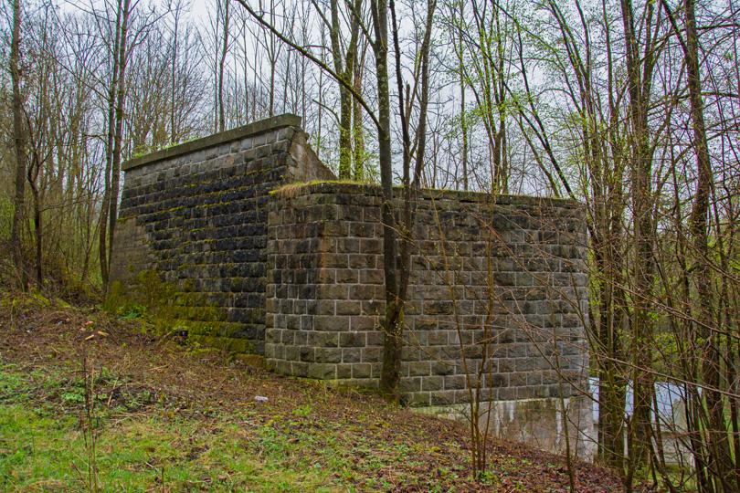 Prvá časť hlavného cieľa výletu – oporné múry nedokončeného železničného mostu v blízkosti minerálneho prameňa Tisovská Šťavica.