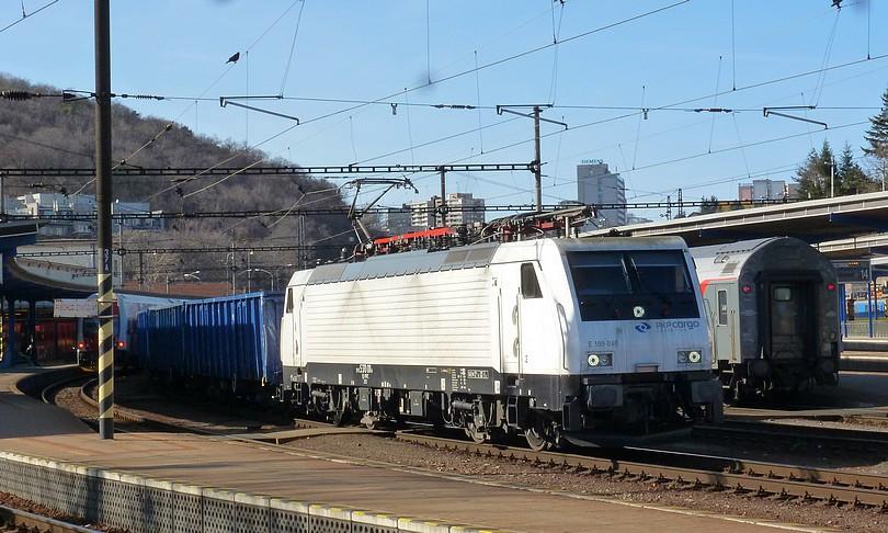 """""""biela pani"""" ako prezývajú túto 189 PKP Cargo prenajatá prechádza Hlavnou stanicou s uhlím do Rajky, dnes už tento rušeň brázdi koľaje inde"""
