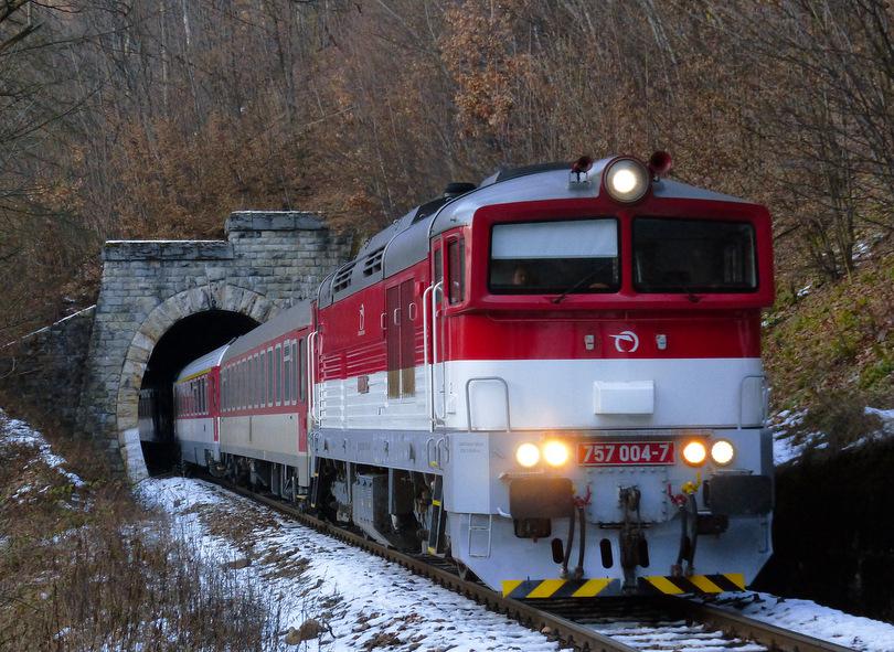 Štvorka s Fatrou 221 medzi krátkymi tunelmi