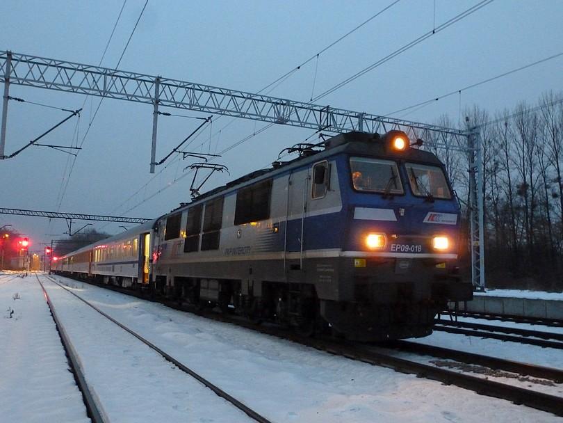 takúto fotku v treskúcej zime si urobíte iba v prípade neschopnosti mašiny, ako v tomto prípade, keď hneď za hranicami v stanici Pruchna vypovedala poslušnosť EP09-018 a meškanie EC Praha dosiahlo krásnych 240 minút....