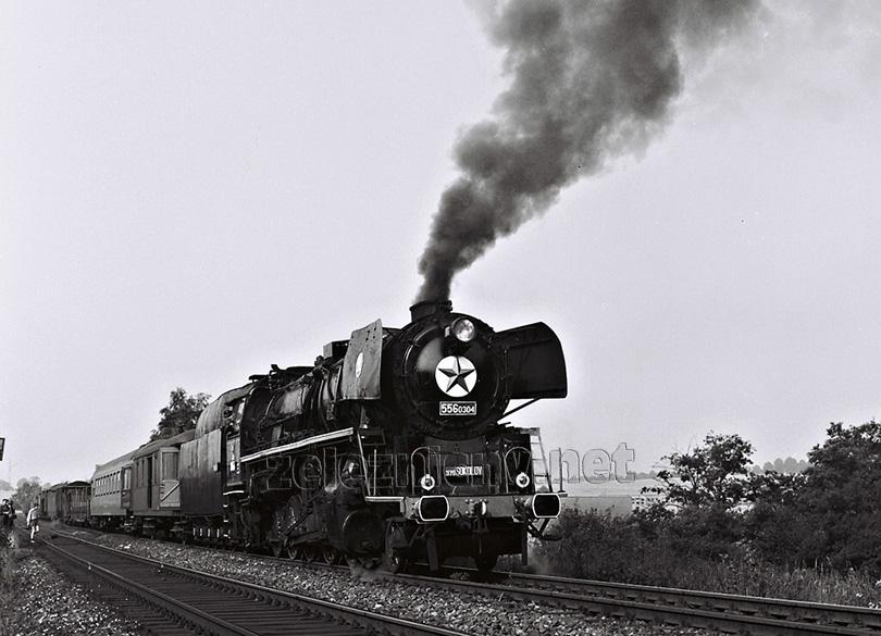 Dne 11. 7. 1981 byl ze stanice Sokolov vypraven manipulační vlak s lokomotivou 556.0304, kde byl za služebním vozem zařazen osobní vůz pro fotografy, kteří mapovali poslední parní manipulák na trase do Karlových Varů. Po cestě byly fotozastávky, jako např. tato před stanicí Hájek.