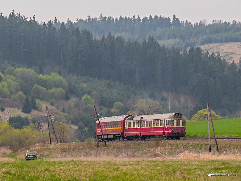 Generačne späté vozidlá Škoda a Tatra na trati smer Stará Ľubovňa.