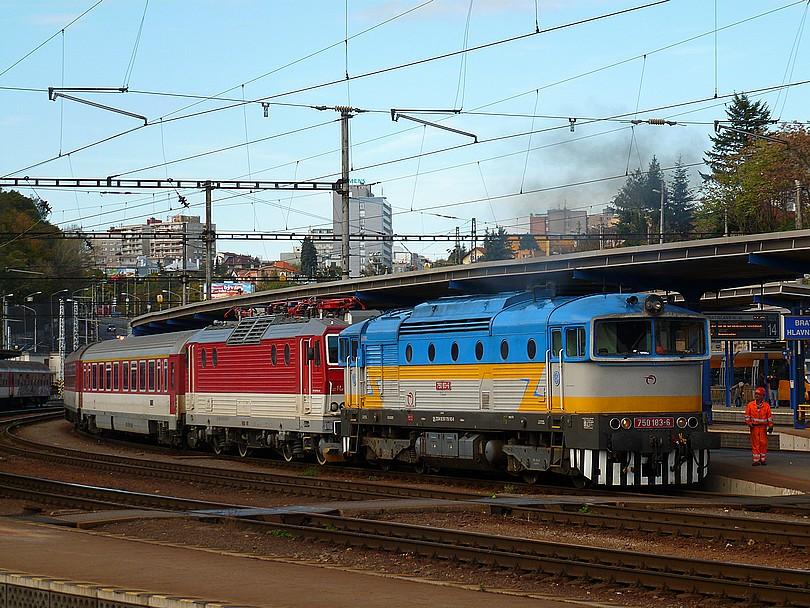 a teraz niečo veselšie: napäťová výluka na bratislavskej Hlavnej stanici si vyžiadala pomoc nezávislej trakcie: súpravu R 602 Čingov po jej obehnutí tvorí vlakový Maroš 361.002 a prípražná retro leštenka Dášenka 750.183