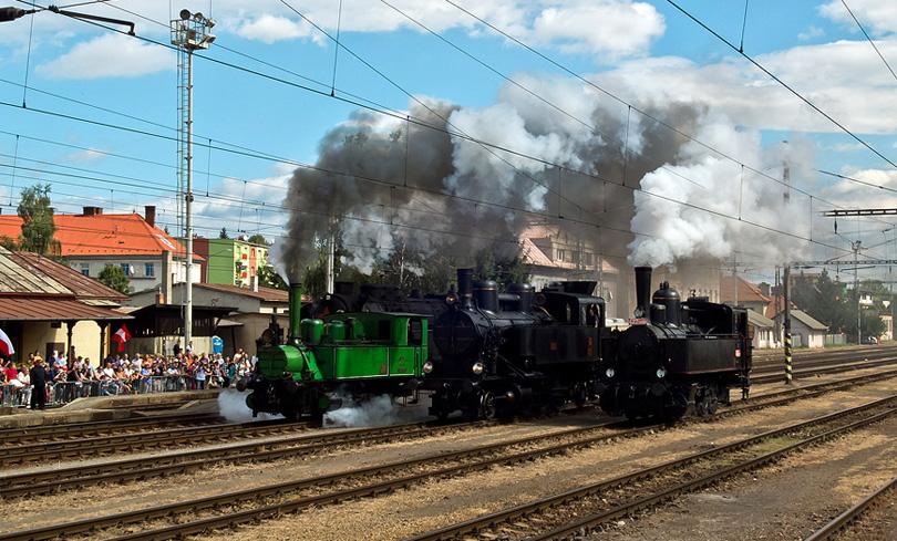 Za mašinkami zostával veľký kúdoľ dymu.(Foto: AladaR)