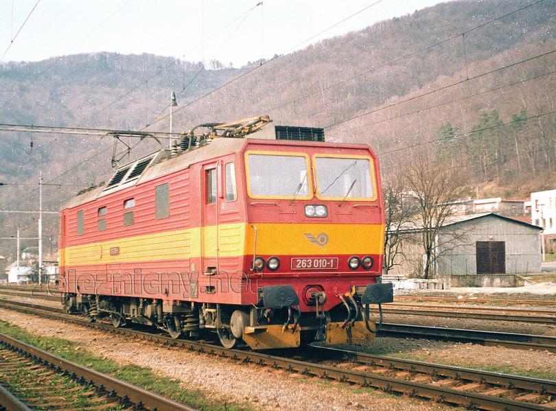 """jar 1995 – """"desina"""" posunuje v stanici Hronská Dúbrava po odstúpení od rýchlika Horehronec, foto Marek Rychnavský /ur.csd/"""