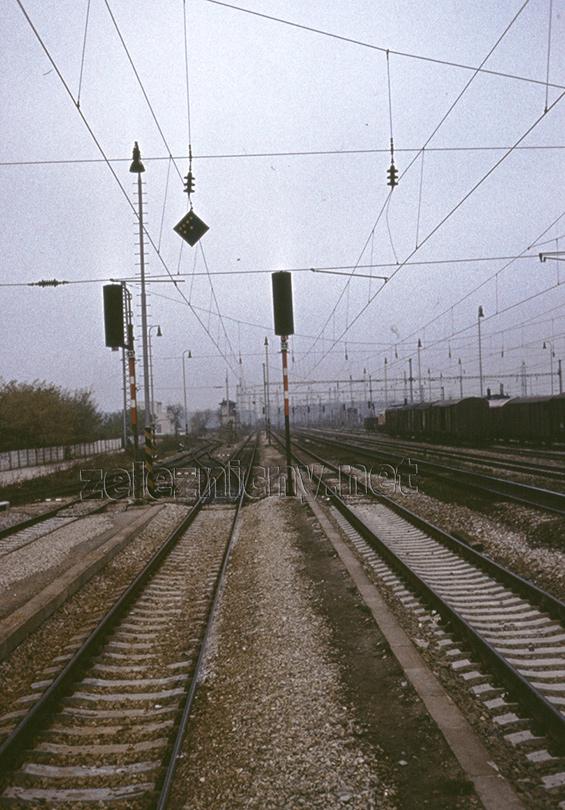 """Výpadok napätia v stanici Zohor. V podpredí poschodové stavadlo č.2 na malackom zhlaví. Vľavo odbočuje trať """"na západ"""" do Záhorskej Vsi."""