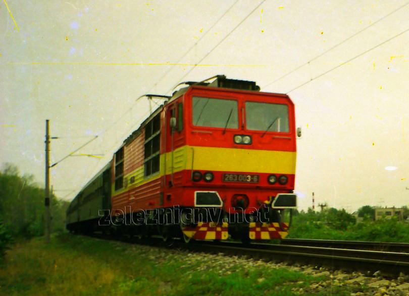 """""""trojka"""" v časoch svojej najväčšej krásy opúšťa Šaľu s poobedným osobným vlakom do Nových Zámkov, jar 1992, foto Radek Ivanič"""