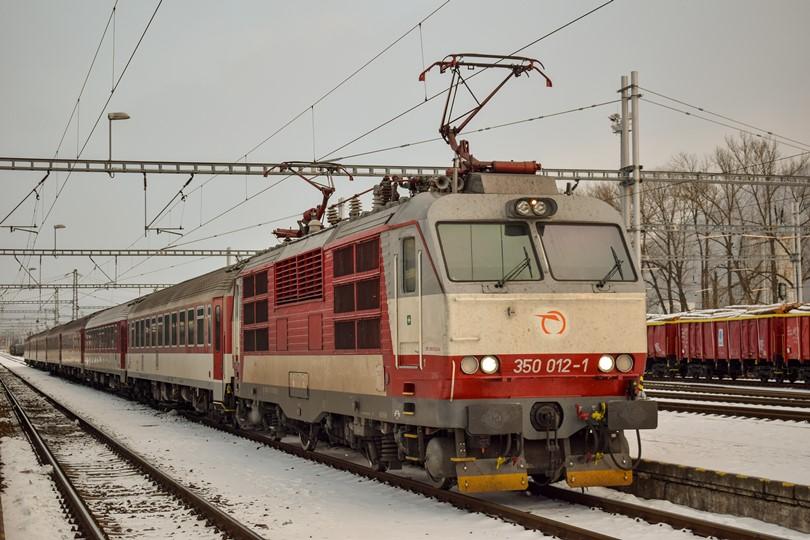 Tu je už 350-tka aj s vagónmi pristavená pri nástupišti a neskôr pôjde ako RR 17842 Skalka.