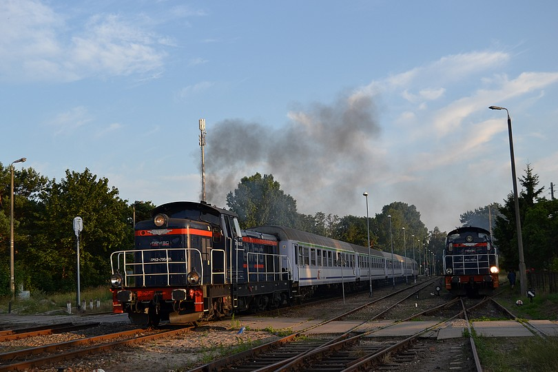 nočný rýchlik TLK 56260 Rozewie s prenajatou stonkou SM42 vo nátere vlastníka NEWAG opúšťa východziu stanicu Hel, 17.7.2014