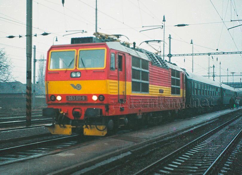 """jeseň 1994 zachytáva """" jedenástku"""" po EH oprave v obnovenom žltom pruhu, foto Marek Rychnavský /ur.csd/"""