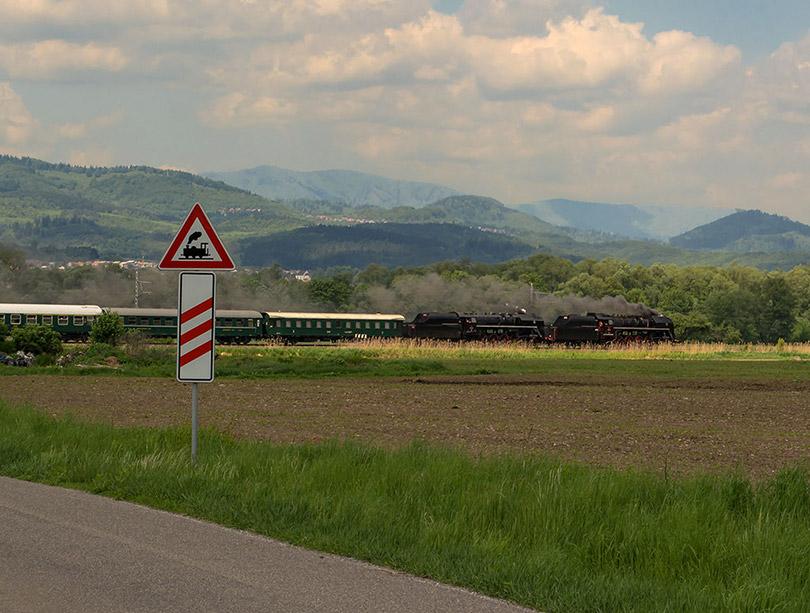 Mysím,že nie všetkým sa podarilo dôjsť na fotoflek a tak vzniká len takáto fotka, ako vlak uháňal len tak popri.(Foto:Duko)