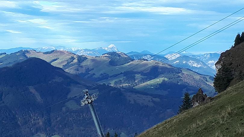 Vzdušnou čiarou 100 km vzdialený zasnežený vrchol ZUGSPITZE
