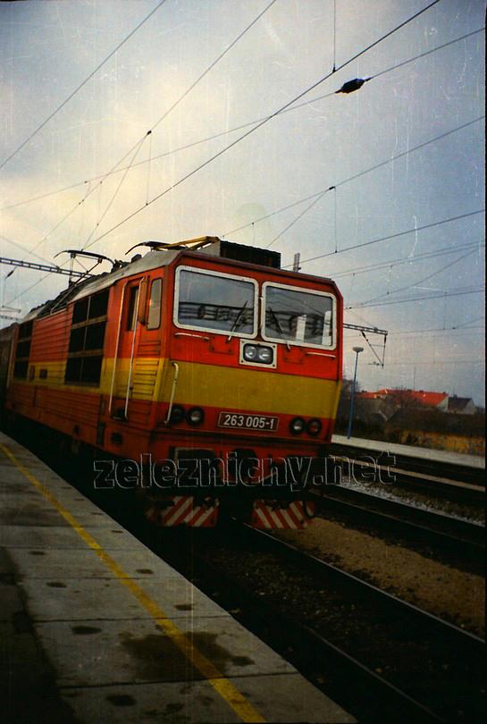 Na jeseň roku 1992 sa podľa turnusového obehu objavila v čele R 581 Tekov z Bratislavy Nového Mesta po Leopoldov, na snímke odchádza zo stanice Trnava, foto Radek Ivanič