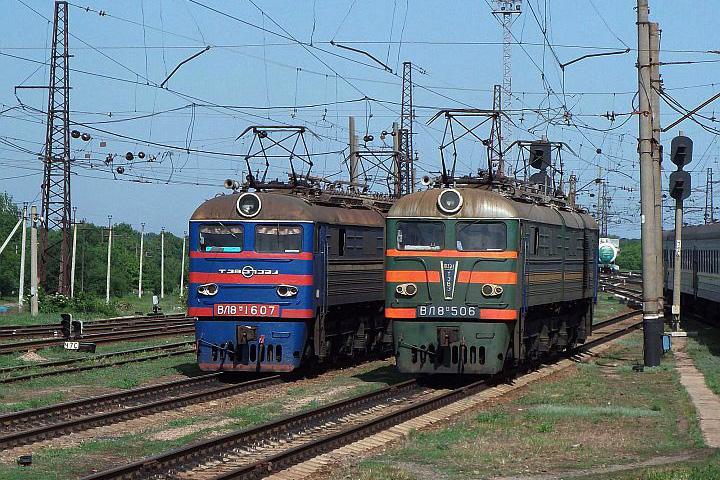 Presne o 13.30 sa pohli kolesá môjho vlaku č. 42. Dnepropetrovsk – Truskavec, v ktorom som strávil niekoľko hodín. Približne osemnásť hodinovú cestu vlakom som si totiž spríjemňoval fotografovaním z okna vagóna. V Stanici Piatichatky sa mi napr. pošťastilo vyfotiť dvojicu strojov VL 8. a mnoho iných strojov.