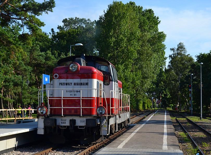 stonka SU42-533 dopravcu Przewozy Regionalne počas obiehania poschodovej súpravy v konečnej stanici Hel, 17.7.2014