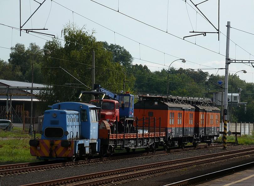 prasiatko 700.777 na pracovnom vlaku s naloženou Tatrou V3S