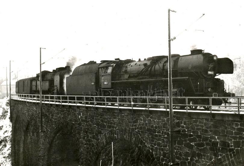Osobní vlak Os 8302 vjíždí dne 15. 1. 1974 do stanice Jihlava. Vlaková lokomotiva ten den byla 464.031 a na přípřeži jel štokr 556.0349.