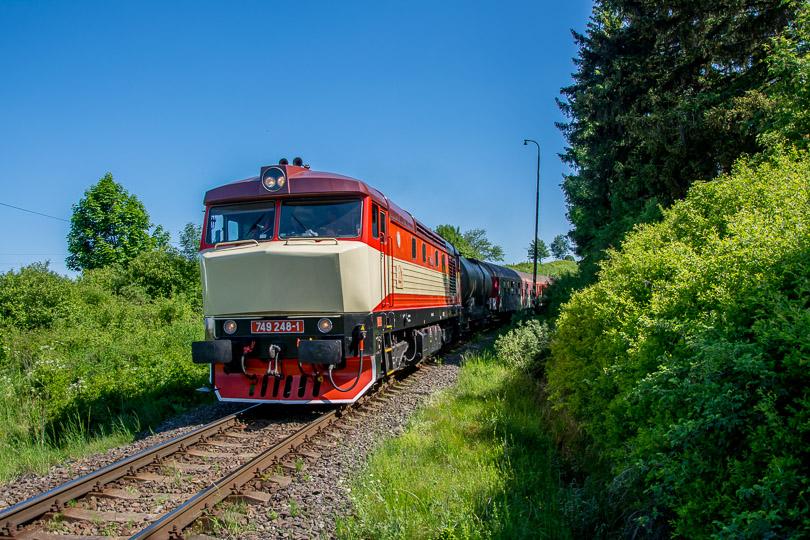 Rušeň 749 248 spolku Výhrevne Vrútky na čele vlaku.