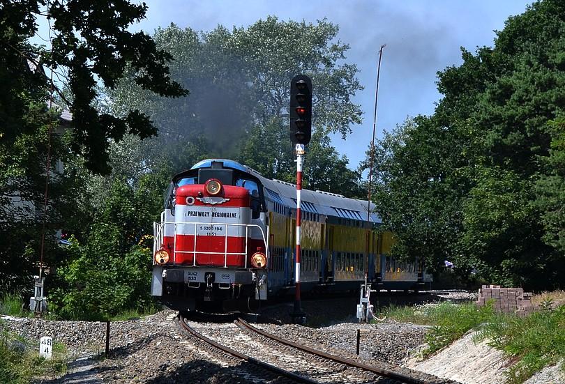 výhybňu Jastarnia opúšťa osobný vlak do Helu dopravcu Przewozy Regionalne tvorený stonkou SU42-533 a trojvozňovým historických poschoďákom Bhv,17.7.2014