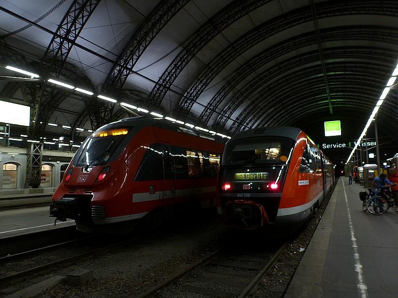 na kusých koľajach sa stretli: elektrická jednotka 442.117 ako osobný vlak do Lipska a motorový osobný vlak do Zhorelca /G?rlitz/ tvorený jednotkou 642.038