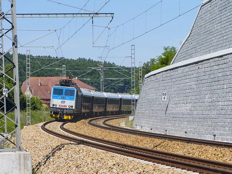 Keďže sa blížil čas odchodu nášho vlaku späť do Prahy toto miesto sme museli opustiť a Orient Expres sme fotili po ceste na zastávku. Stretli sme ho priamo pri stanici Zbiroh. Na veľké sklamanie tam bolo Eso v druhom Najbrte 363 071.