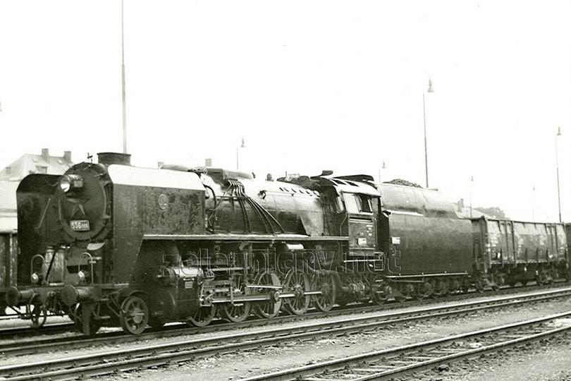556.001 čeká na odjezd nákladního vlaku z Turnova do Liberce dne 15. 7. 1977.