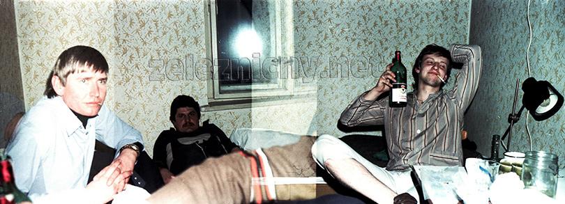 Pretrhnutá perforácia, kde sa prekryli dve fotografie. Nocľaháreň v depe Plavecký Mikuláš. Zľava Lojzo Živica, Milan Ort-Mert a Ivan Kožehuba v roku 1982.