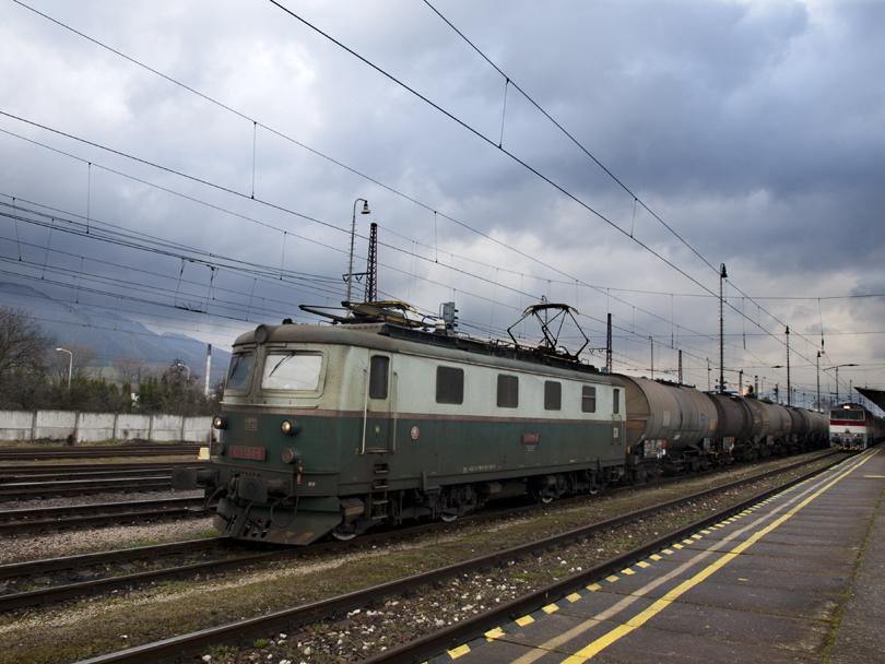 Stojaca 121 004 s nákladom.(Foto:fotohunter)