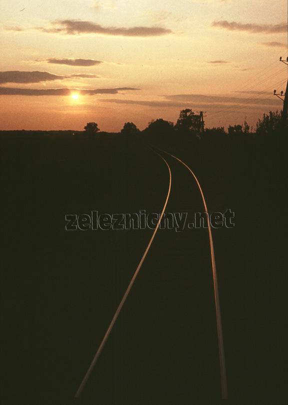 Za oblúkom trať do Záhorskej Vsi smeruje takmer na západ.