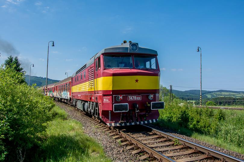 Na konci vlaku bola lokomotíva T478.1131.