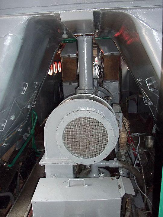 Ja som ešte stihol urobiť aj záber do strojovne na pohon ventilátora a vzadu na spaľovací motor.