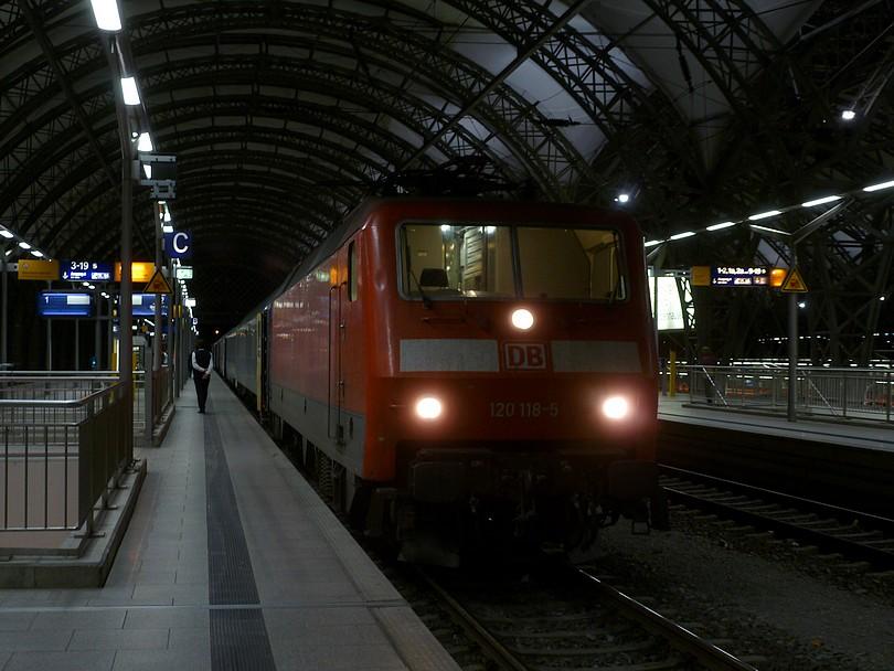 starší rýchlikový rušeň radu 120, čísla 118 krátko po zastavení EN 477 Metropol v stanici Dresden Hbf, rušeň tu svoju jazdu končí, bude nasledovať preprah za českého bastarda radu 371