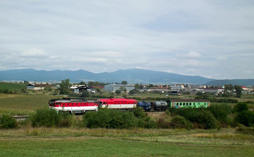 požiarny vlak na čele 754005-7 a za ňou T478.3109 za R932 Zvolena v stúpaní do výhybne Slatinka (alebo ako sa to nemá fotiť )