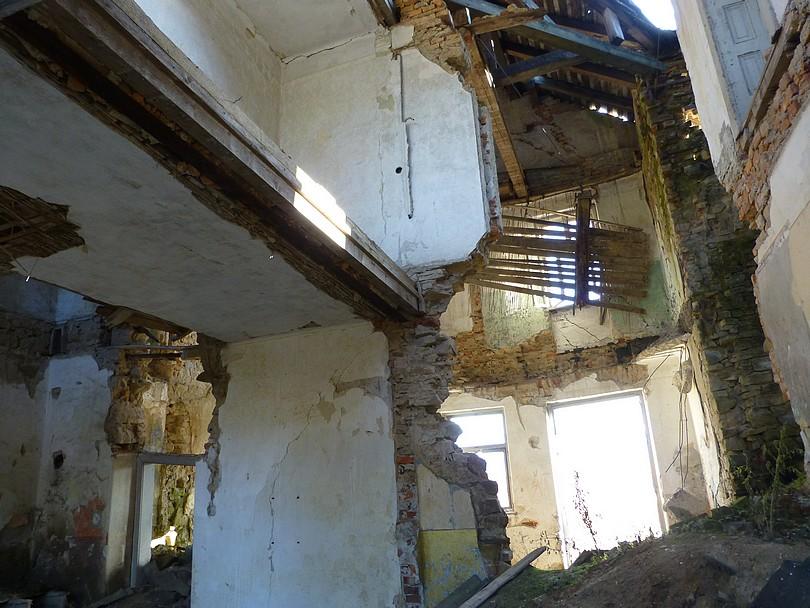 smutný pohľad na prepadlý strop výpravnej budovy