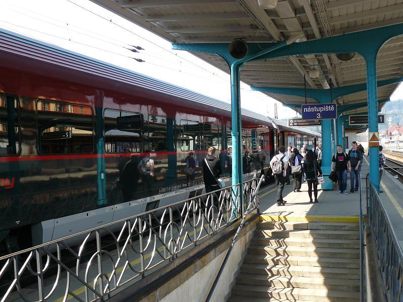ľudia si počas tej chvíľky vlak obzerali, fotili ...