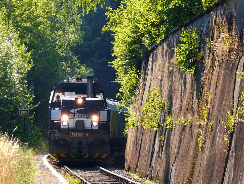 Pn 65313 prechádza popod múr na zastávke Harmanec, v čele 746.009 ...